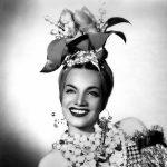 Carmen Miranda mit einer ihrer berühmten Kopfbedeckungen